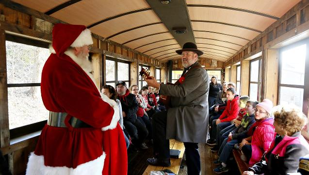 VIDEO: Tannenbaum Christmas Tree Train
